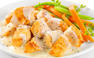 Pollo en salsa blanca con vegetales
