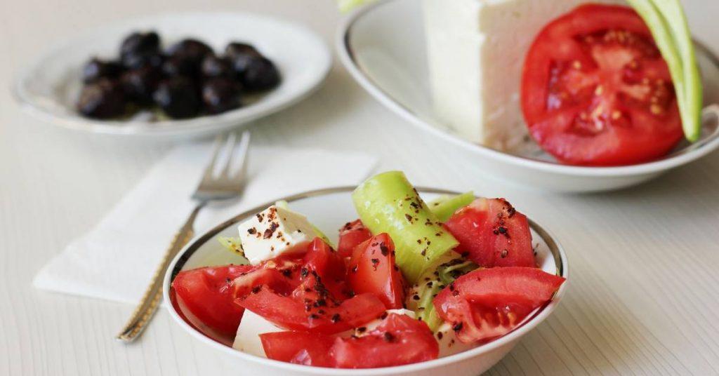 Salade de tomates et de concombres avec des noix.